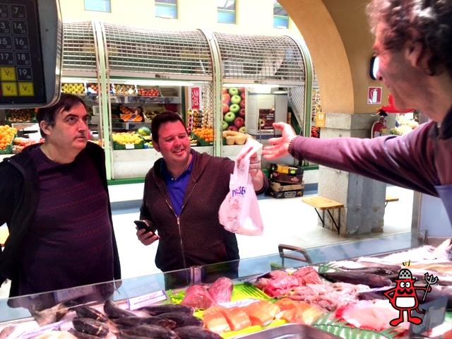 El bloguero gastronómico David Poley haciendo la compra en el Mercado de Santo Domingo con el cineasta Karlos Alastruey.