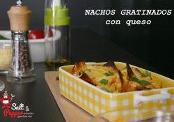 Fuente de nachos gratinados con queso.