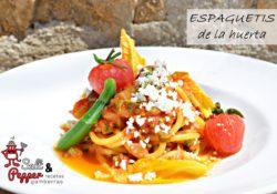 Espaguetis con verduras de la huerta, flores de calabacín, calabacines mini y queso feta.