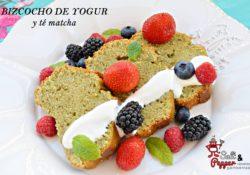 Bizcocho de yogur y té matcha acompañado de frutos rojos y yogur griego.