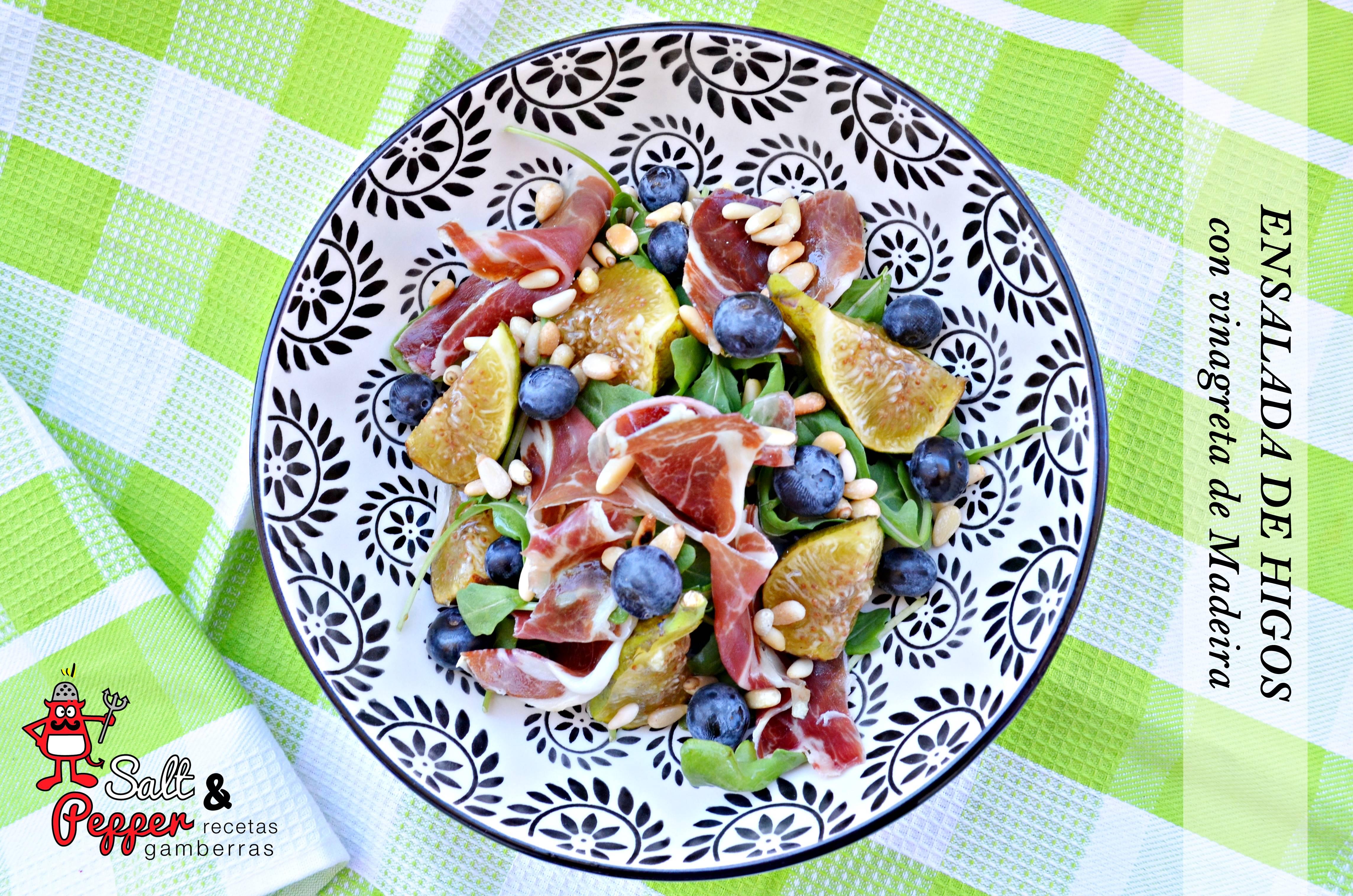 Ensalada de higos, jamón serrano, arándanos y piñones con vinagreta de Madeira.