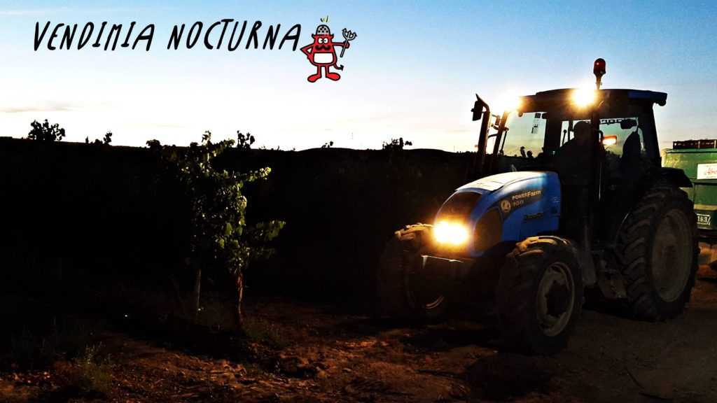 Tractor trabajando en los viñedos de Finca Albret durante la noche.