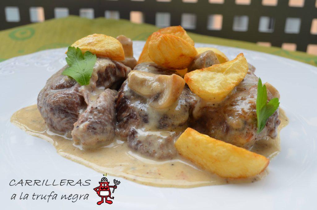 Plato de carrilleras con salsa de trufa negra acompañadas de patatas fritas y setas.