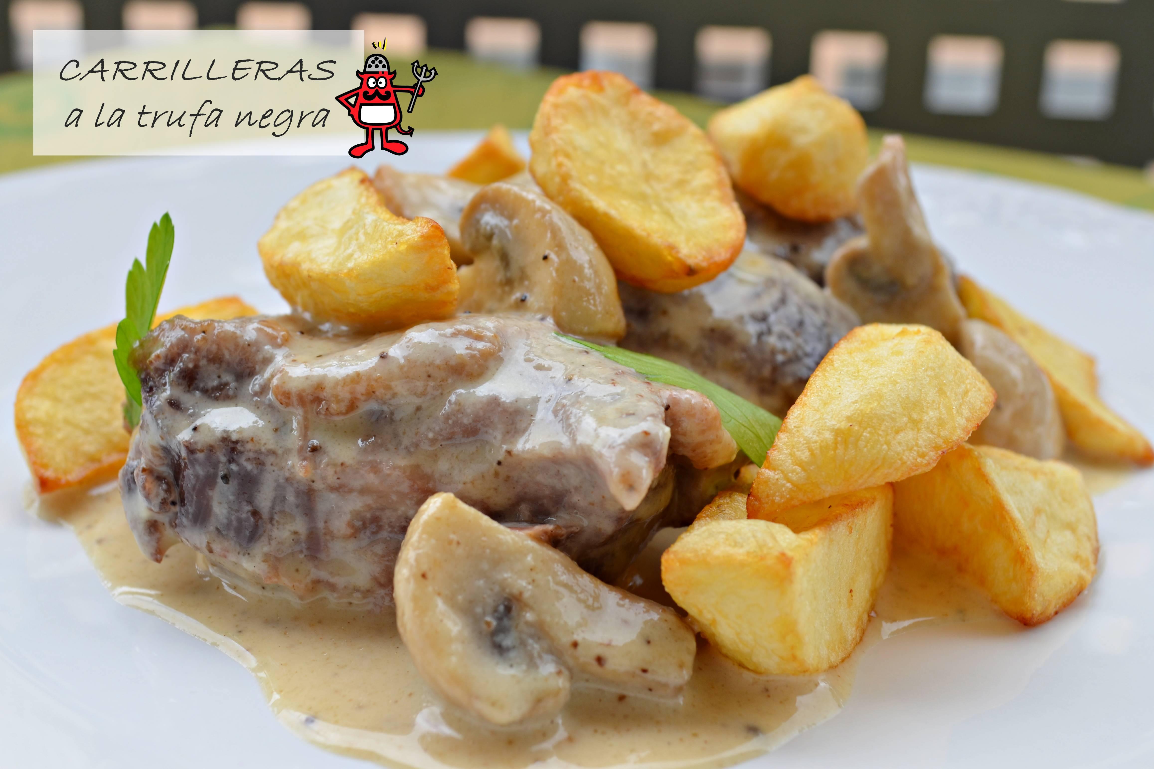 Plato de carrilleras con salsa de trufa negra acompañados de patatas fritas y setas.