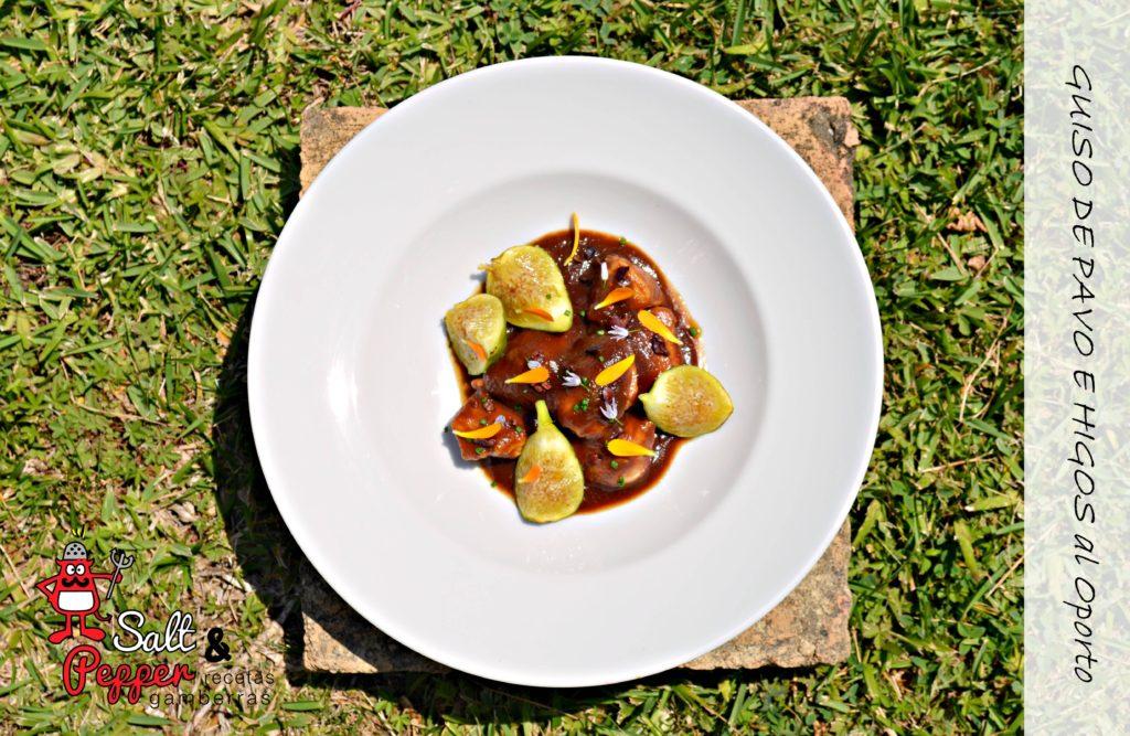 Plato de guiso de pavo con higos secos, higos frescos, flores de cebollino, nibs de cacao y pétalos de caléndula.