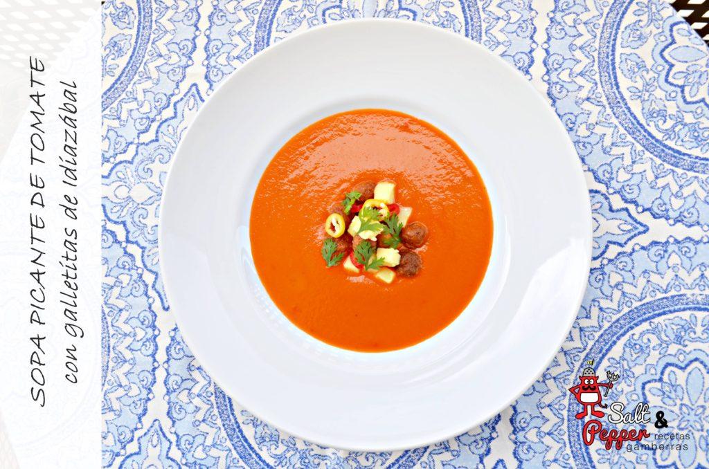Sopa de tomate con galletitas de queso Idiazábal.