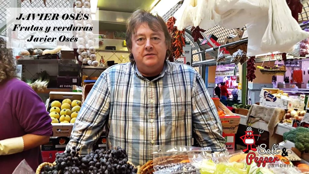 Comerciante Javier Osés en su puesto de frutas y verduras del Mercado de Santo Domingo.