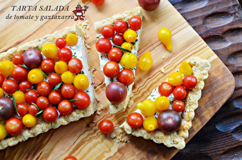 Tarta salada elaborado con una base de masa quebrada aromática, una crema de gaztazarra y tomates cherry de colores.