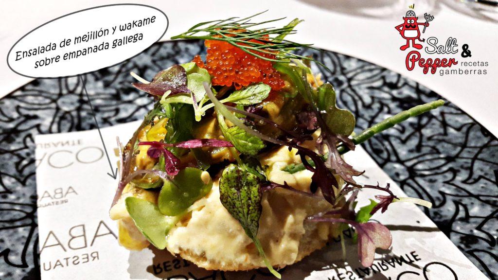 Ensalada de mejillón y wakame sobre empanada gallega