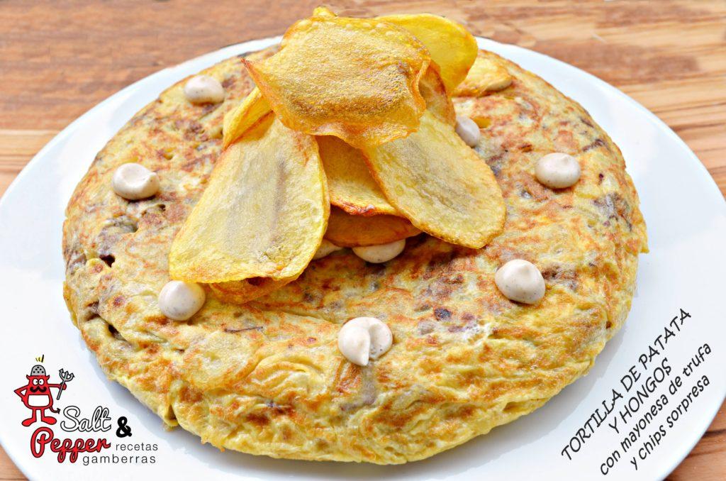Tortilla de patata y hongos con mayonesa de trufa y chips de patata rellenos de hongos.