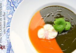 Plato con una deliciosa crema de verduras bicolor con huevo campero en flor.