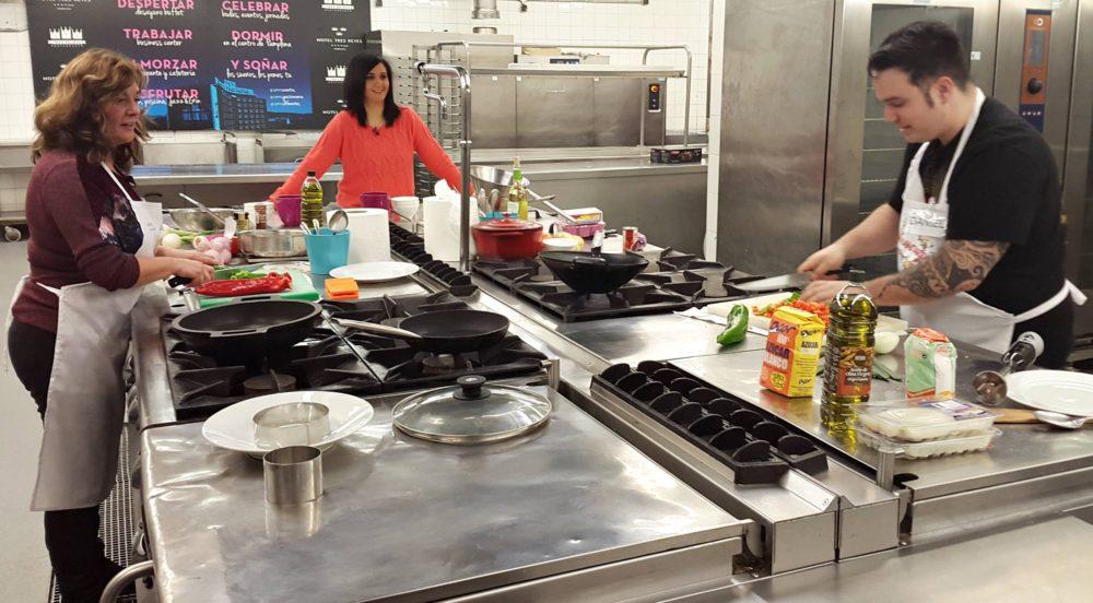 Imagen de Blanqui y daniel cocinando en el programa gastronómico La Mandarra de Navarra TV.