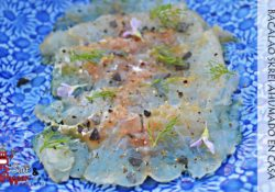 Plato de bacalao ahumado en casa aderezado con AOVE, lima y pimienta negra recién molida.