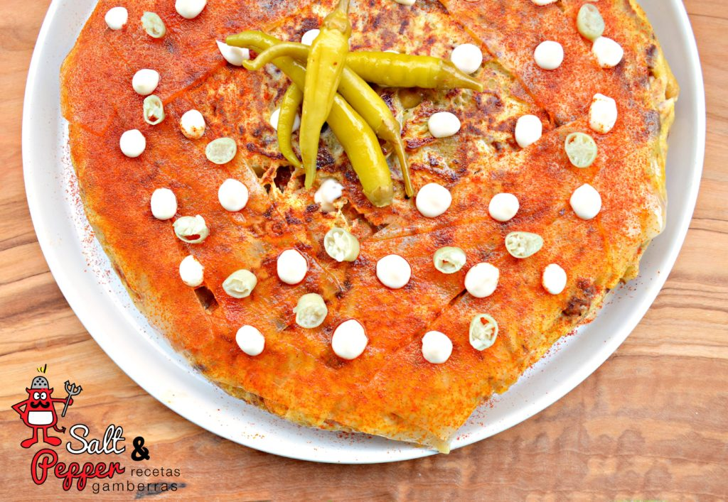 Tortilla d epatata y cocido cubierta de tocino ibérico, mayonesa de piparras, piparras y pimentón de la Vera