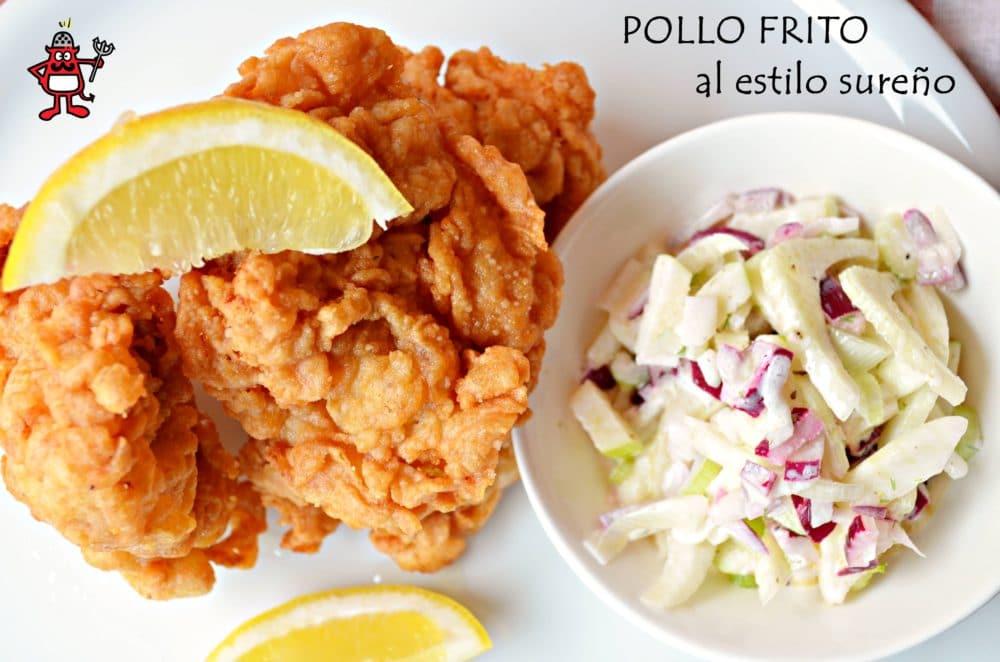 Plato de pollo frito estilo sureño acompañado de ensalada de col.