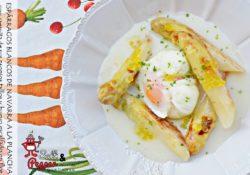 Plato de espárragos blancos de Navarra a la plancha sobre una cremita de sus tallos y un huevo escalfado en flor.