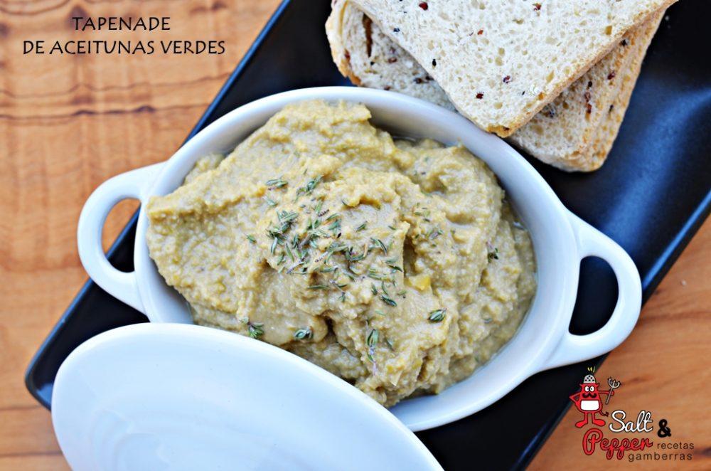 Tapenade de aceitunas verdes con rebanadas de pan.