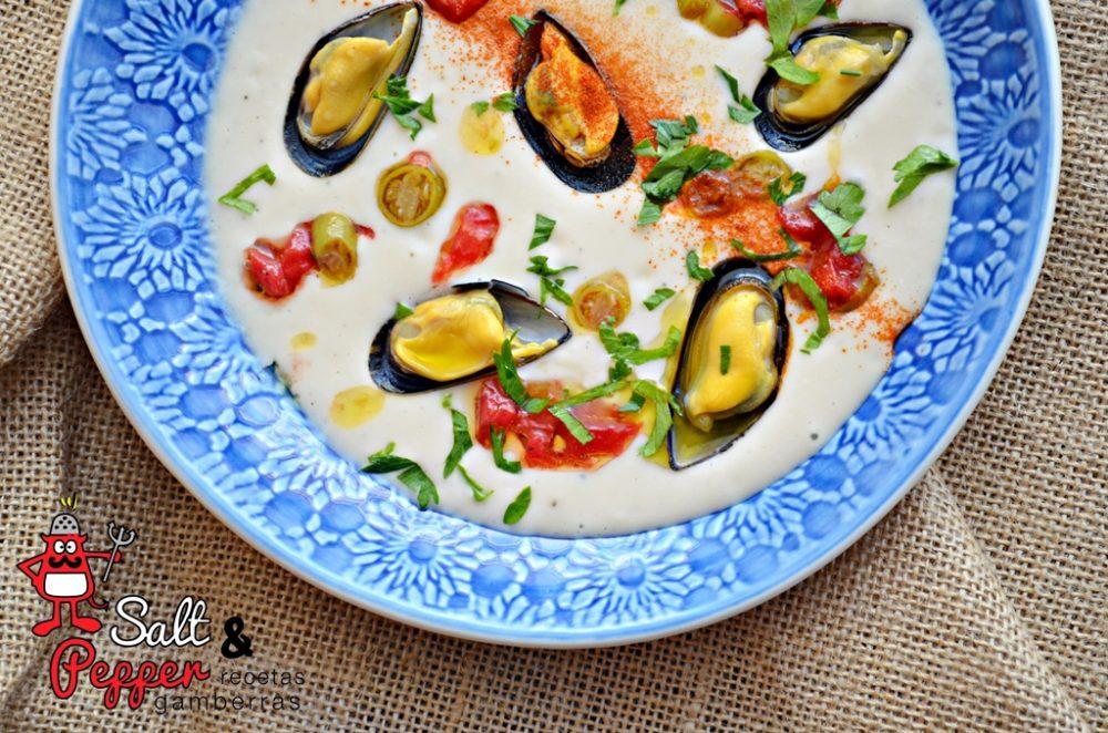 Crema de pochas con mejillones de roca y picada de tomate y piparras
