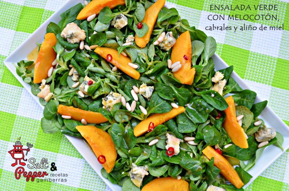 Ensalada verde con melocotón, cabrales y aliño de miel