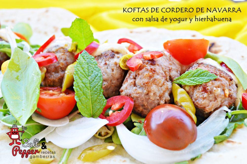 Plato de koftas de cordero con salsa de hierbabuena sobre un pan plano.