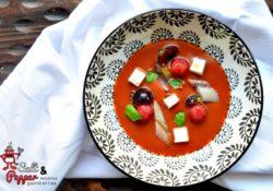 Salmorejo de cereza acompañado de sardina ahumada y queso feta.