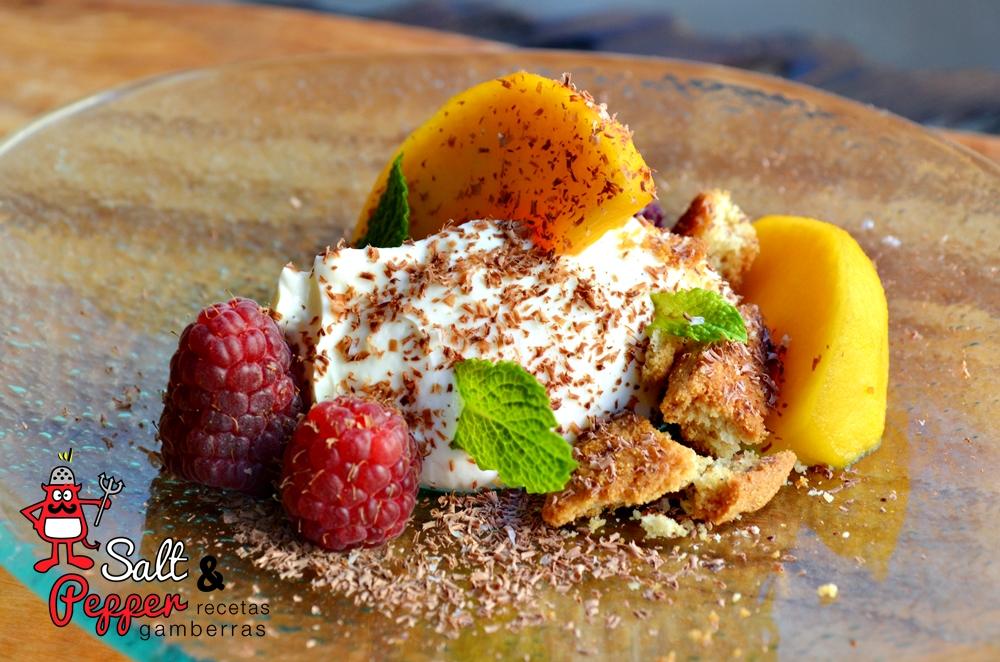 Tarta de queos en plato con fruta, verduritas y chocolate rallado