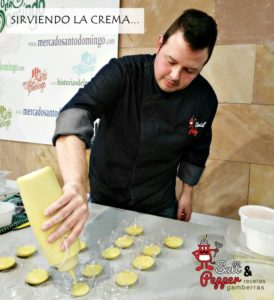 Chef sirviendo crema de coliflor y curry