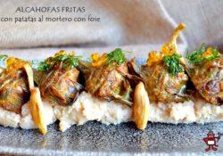 Plato de alcachofas fritas sobre unas patatas al mortero con foie.