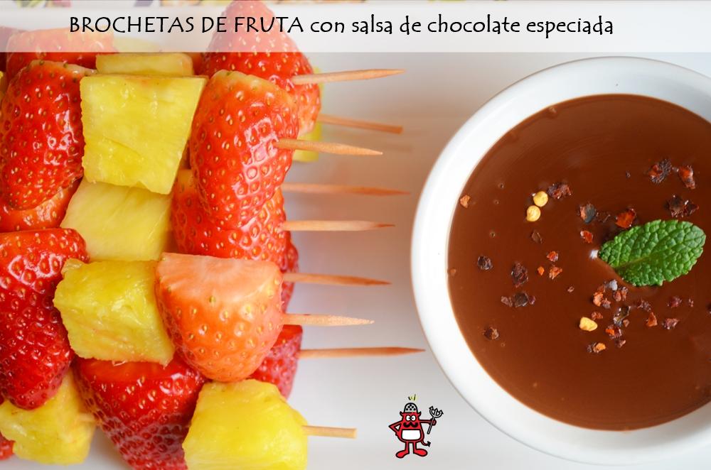 Plato de brochetas de fruta con salsa de chocolate especiado.
