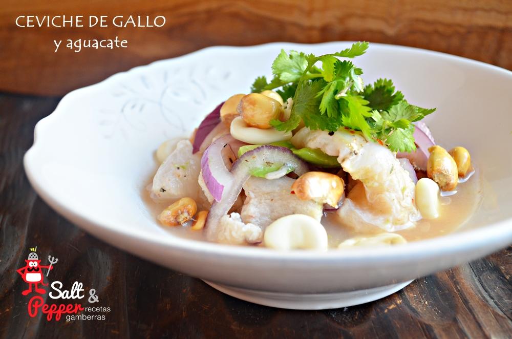 Plato de ceviche peruano de gallo y aguacate.