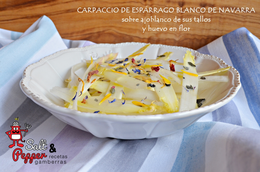 Plato de carpaccio de espárrago blanco de Navarra sobre ajoblanco de sus tallos y huevo en flor
