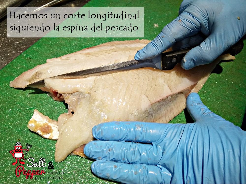 Pescadero sacándole los filetes a un pescado.