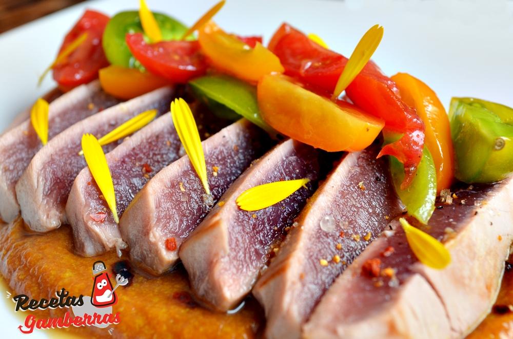 tataki de atún sobre crema de escabeche de zanahoria.