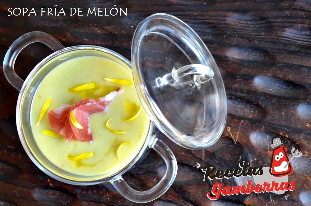 Plato de sopa fría de melón con una loncha de jamón ibérico.
