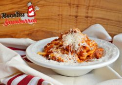 Plato de pasta con tomate y chistorra.