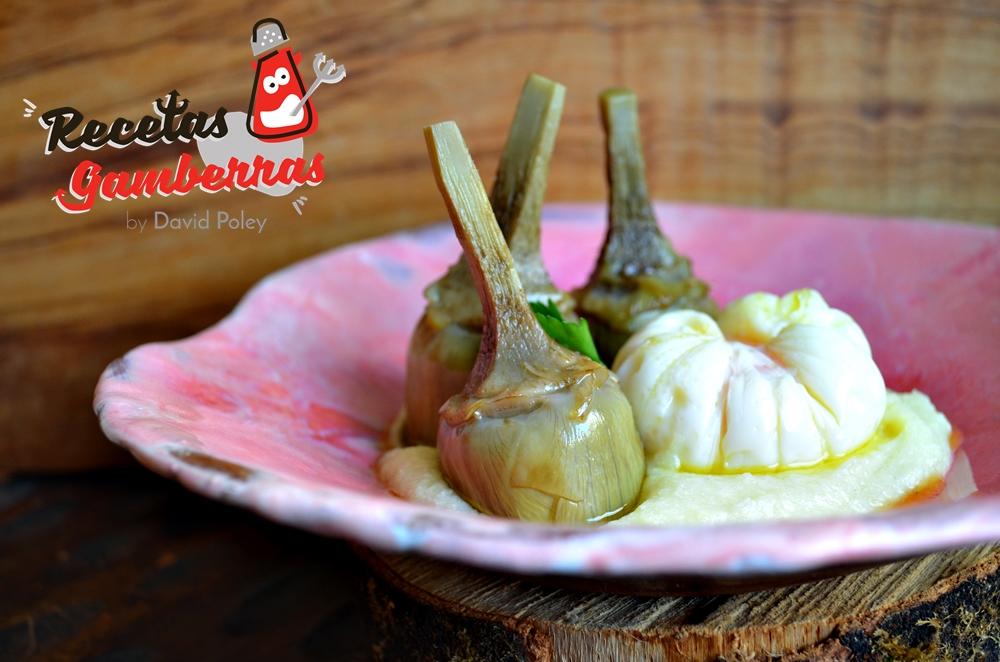 Plato de alcachofas de Navarra confitadas con huevo en flor sobre puré de patata y ajos asados