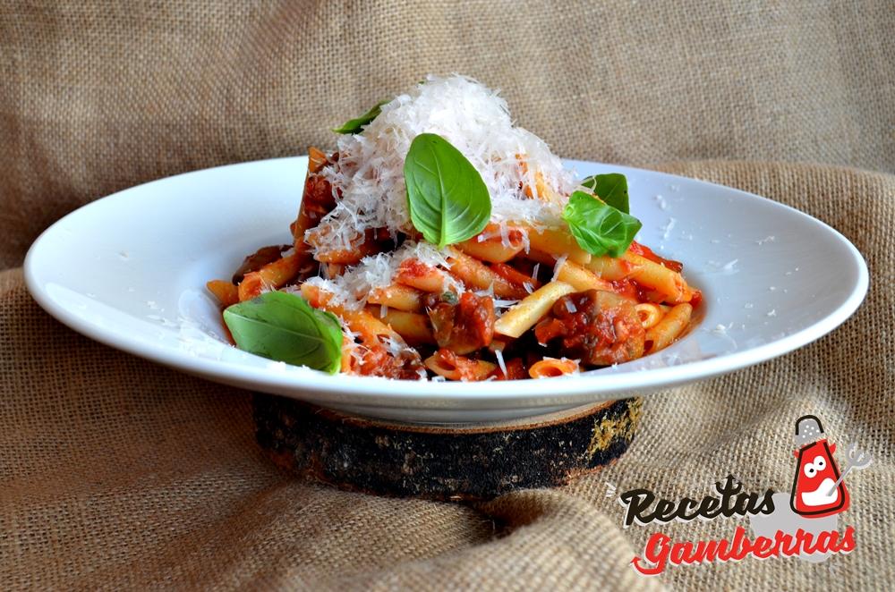 Plato de macarrones con verduras y tomate