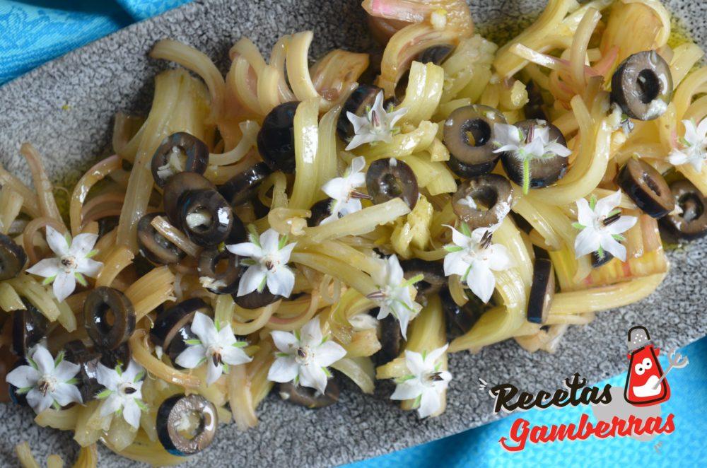Ensalada de cardo rojo de Peralta con aceitunas y flores de borraja