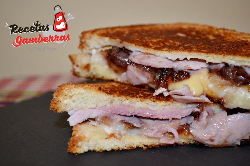 Sándwich de lacón, gouda y cebolla caramelizada con mermelada de arándanos