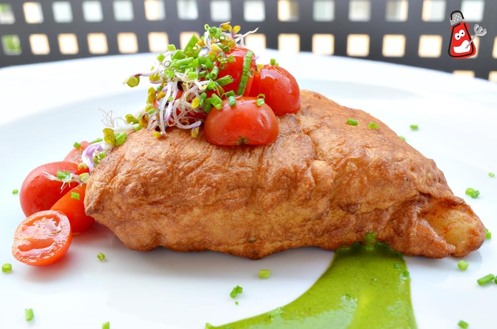 Merluza rebozada con mayonesa de albahaca y tomates aliñados