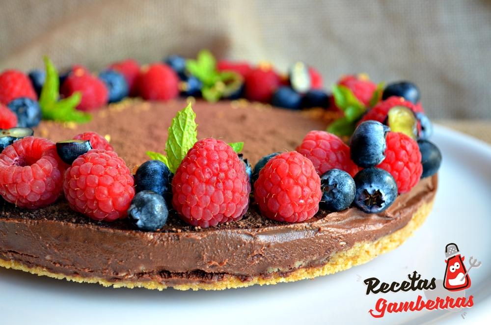 Tarta de chocolate, maracuyá y frutos rojos