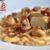 Plato de pasta con crema de champiñones con panceta ibérica.